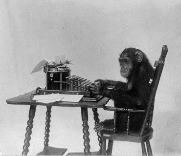 Chimpanzé assis à une machine à écrire