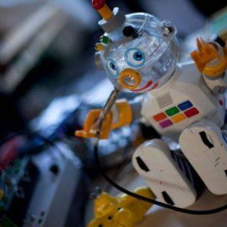 Instruments de musique insolite créés à partir d'un jouet en forme de petit robot
