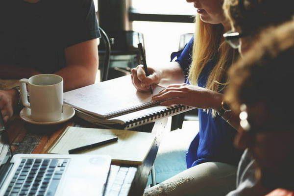Personnes réunies en train d'écrire