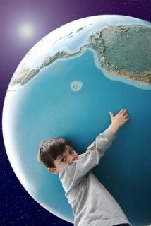 enfant tenant un globe