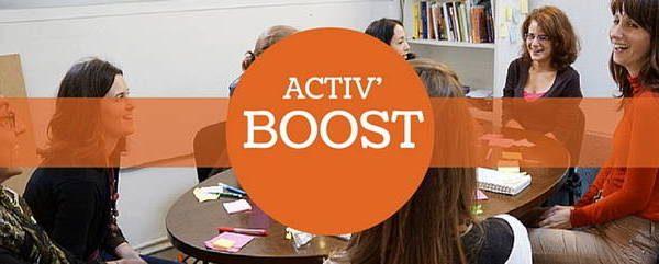 Personnes autour d'une table avec le logo Activ'Boost
