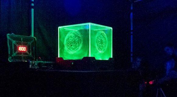 Cube futuriste avec un écran déporté à gauche dont le compte à rebours est enclenché