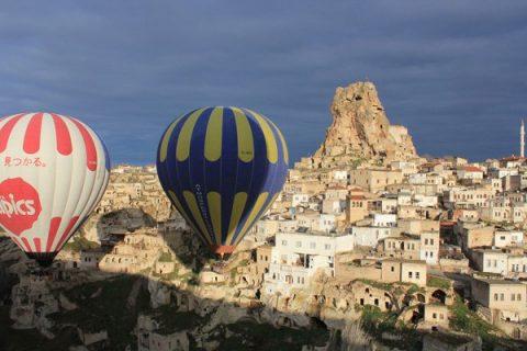 Paysage de la cappadoce avec deux montgolfières