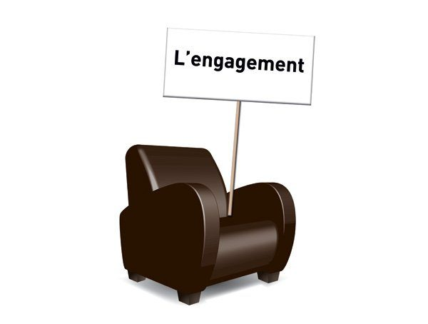 """Fauteuil club avec une pancarte posée dessus """"Engagement"""""""