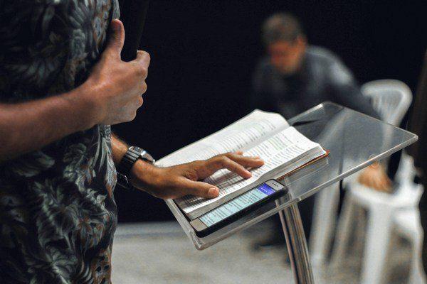 Image d'une personne avec une main sur la poitrine devant une partition