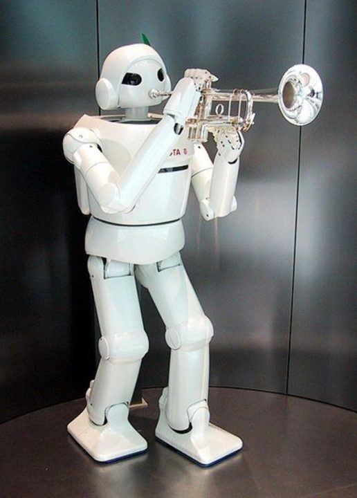 Petit robot en train de jouer de la trompette