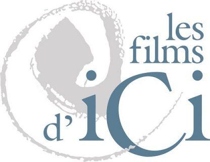 Logo qui représente un mouvement circulaire gris clair et le nom Les Films d'Ici avec le C de grande taille en bleu moyen.