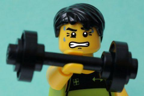Personnage de Lego en train de faire de la musculation