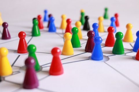 Pions colorés sur un plateau de jeu