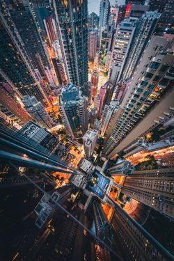 Photo d'une ville de nuit prise du ciel