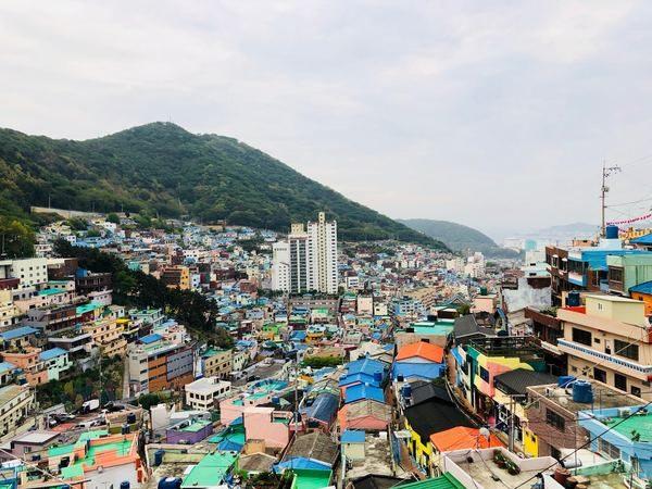 Photo d'une ville implantée sur une montagne
