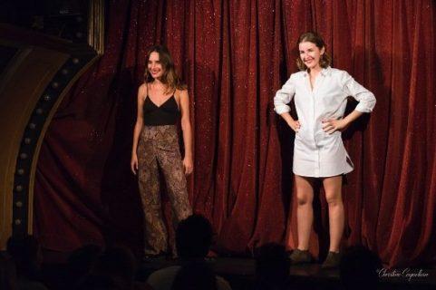 Les comédiennes Claire Assali et Lisa Wisznia sur scène lors de leur spectacle Sexpowerment
