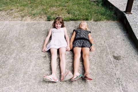 Photo de deux enfants allongés par terre
