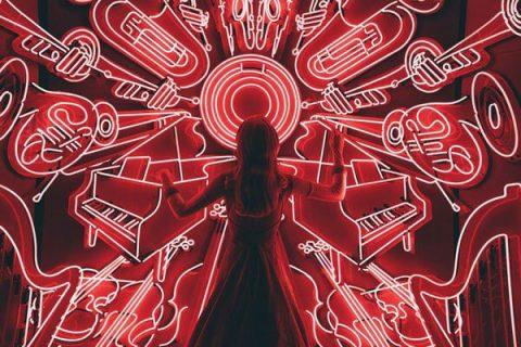 Instruments de musique sur un fond rouge