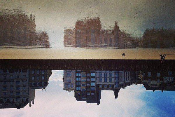 Reflet d'immeuble dans la mer