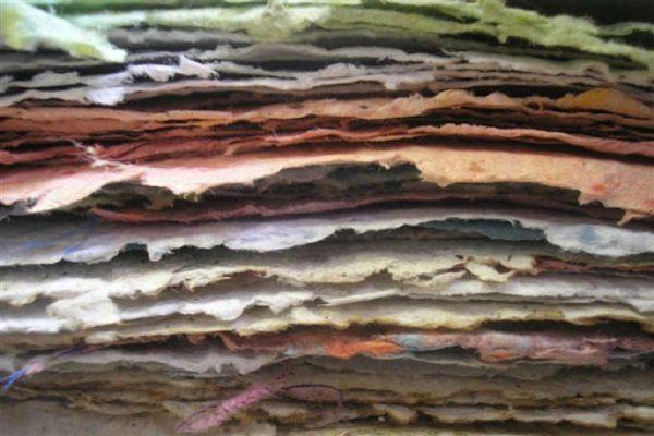Pile de papiers colorés