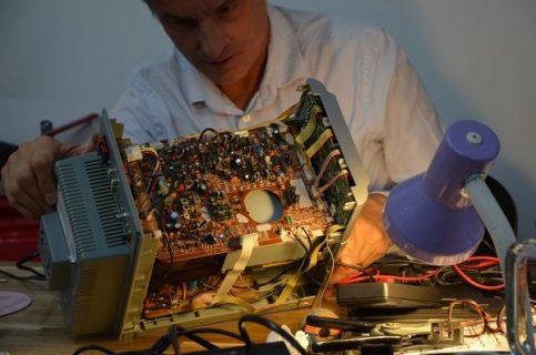 Personne en train de réparer un ordinateur