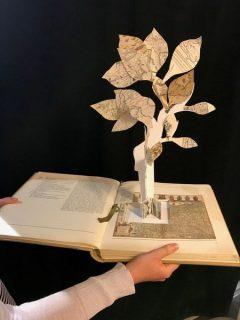 Arbre découpé et sculpté à partir de papiers et de livres récupérés