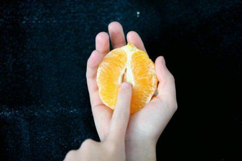 Doigt sur une orange
