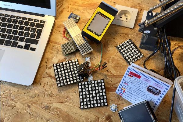 Table avec divers composants électroniques et un ordinateur portable dessus