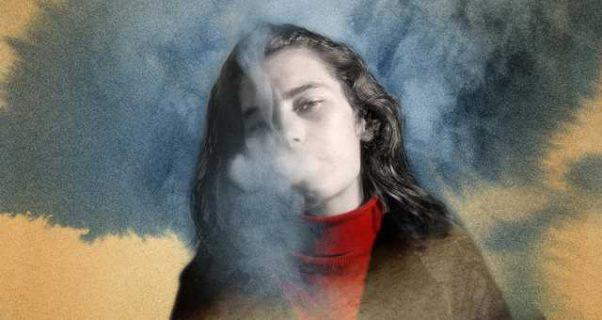 Portrait d'une femme qui fume