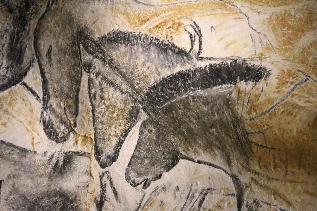Photo de dessins de chevaux présents sur les murs de la grotte de Chauvet