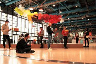 personnes lisant dans le forum du centre pompidou
