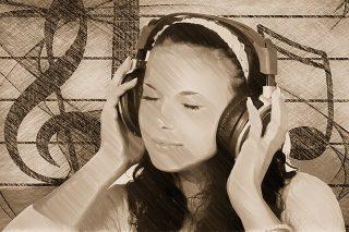 Jeune femme écoutant de la musique au casque