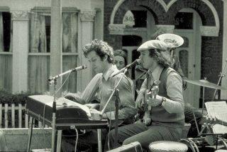Photographie de Cornelius Cardew au clavier avec d'autres musiciens