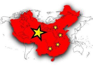 Une carte de la Chine recouvre une carte du monde.