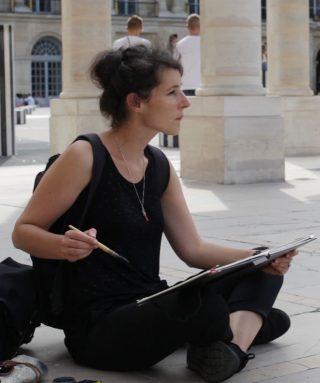 Marion Rivolier dessinant.
